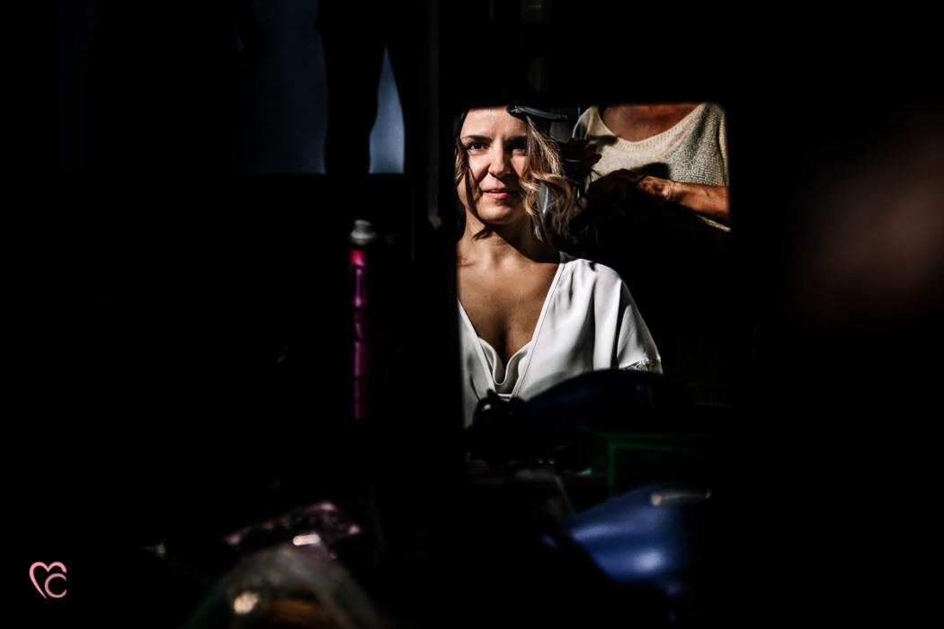 preparazione della sposa, riflesso allo specchio, matrimonio in Piemonte,a Chierisposa allo specchio