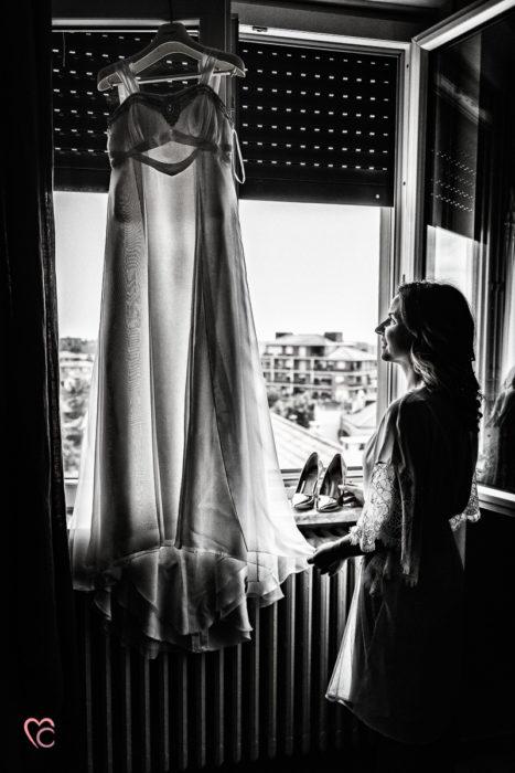 Preparazione della sposa, abito, controluce, matrimonio in Piemonte, sposa alla finestra