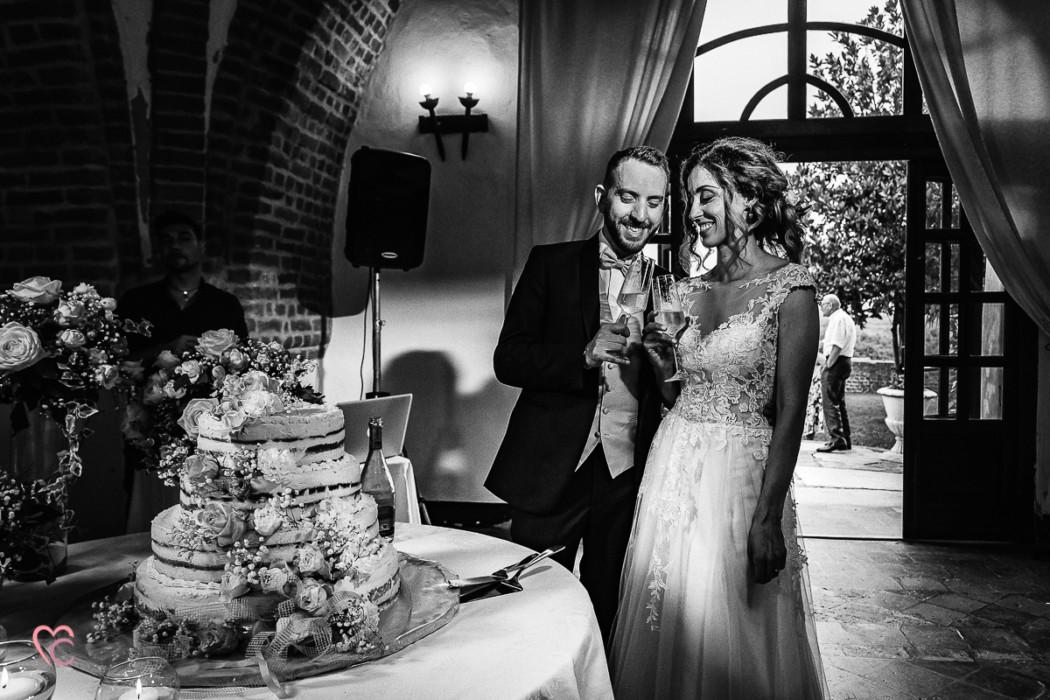 matrimonio a Torino e Cortanze, ricevimento al castello di Cortanze, servizio fotografico di coppia, sposi, taglio della torta