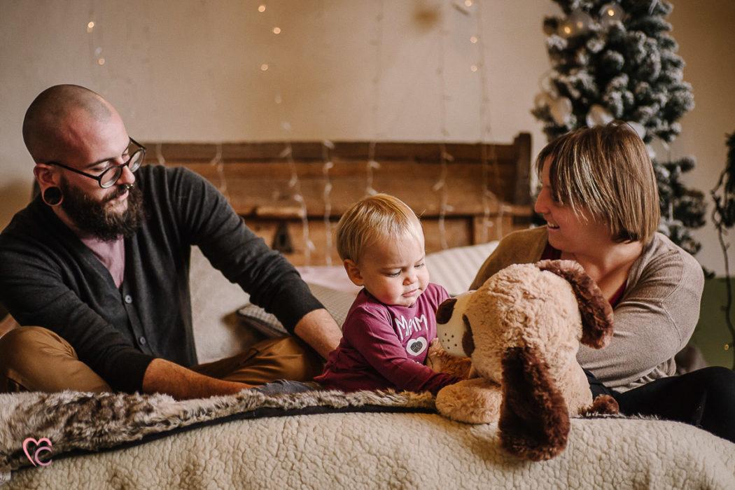 Sessioni fotografiche di Natale, fotografia di famiglia, atmosfera magica del natale, lucine, candele,camino, bella famiglia, bimba dagli occhi blu