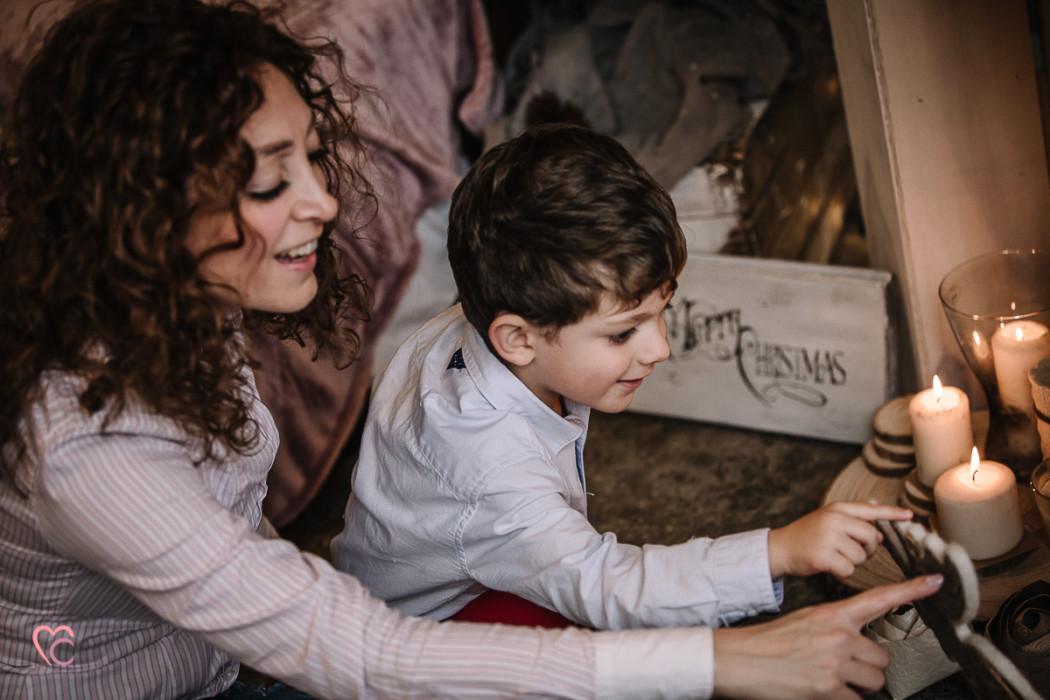 Sessione fotografica di famiglia, di natale, al Mulino della Torre, in un set da favola da natale scandinavo e nordico