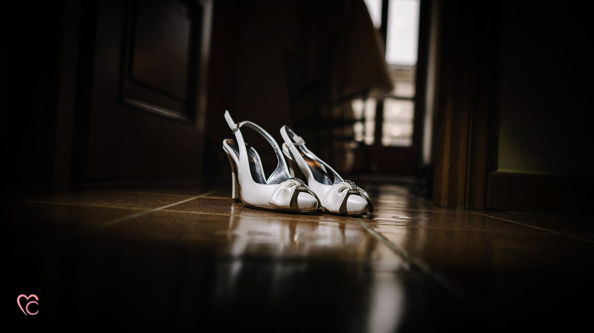 Fotografo matrimonio Torino, matrimonio a Cambiano, preparazione della sposa, scarpe