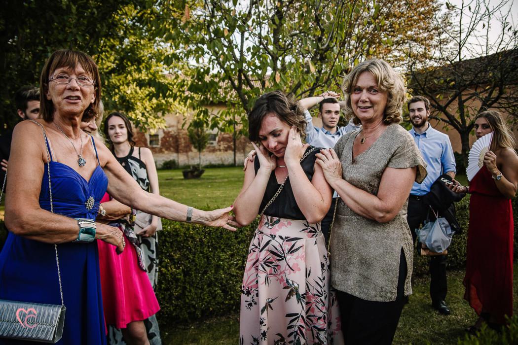Fotografo matrimonio Torino matrimonio alla Torre Valgorrera di Poirino,taglio della torta, sorella della sposa che piange