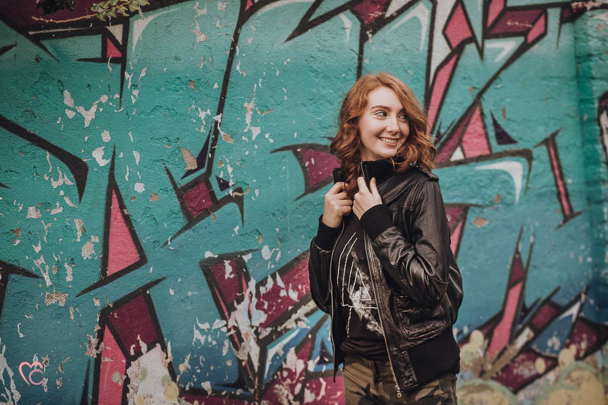 Book fotografico, fotografia di ritratto, teen portrait, ritratto di teenager, ritratto di ragazza dai capelli rossi, in esterno, a Chieri, tramonto, autunno, folliate, graffiti, writers