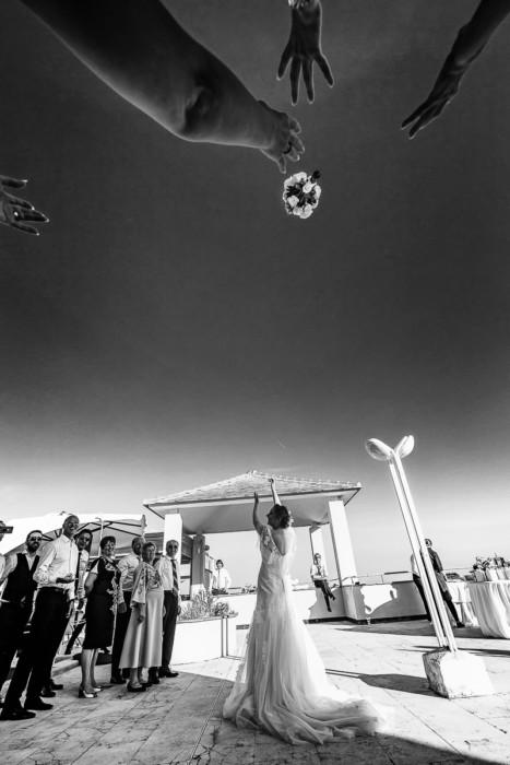 Fotografo matrimonio Torino ,matrimonio in Liguria,ad Arenzano , ricevimento al ristorante Punta San Martino,lancio del bouquet