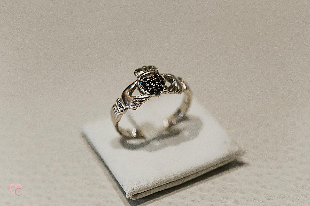 Fotografo matrimonio Torino,fede nuziale irlandese Claddagh ring
