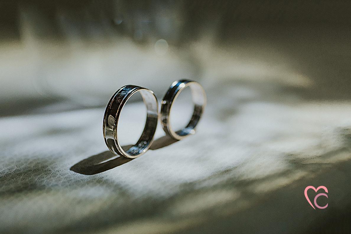 Fotografo matrimonio Chieri, fede bicolore, gioielleria Allegro