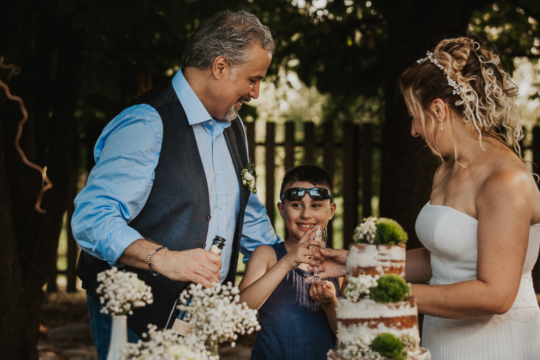 Fotografo matrimonio Torino, alla Tenuta Sant'Anna, Castagnole Piemonte,Torino,ricevimento,taglio della torta,naked cake, fotografia di famiglia