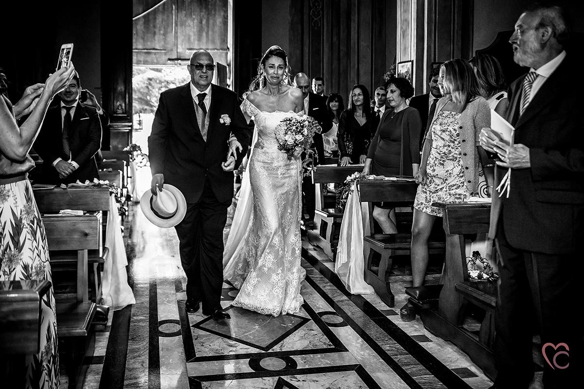 Fotografo matrimonio Torino, matrimonio a pignole Borbera (AL) Monferrato, entrata della sposa emozionata in chiesa, bianco e nero