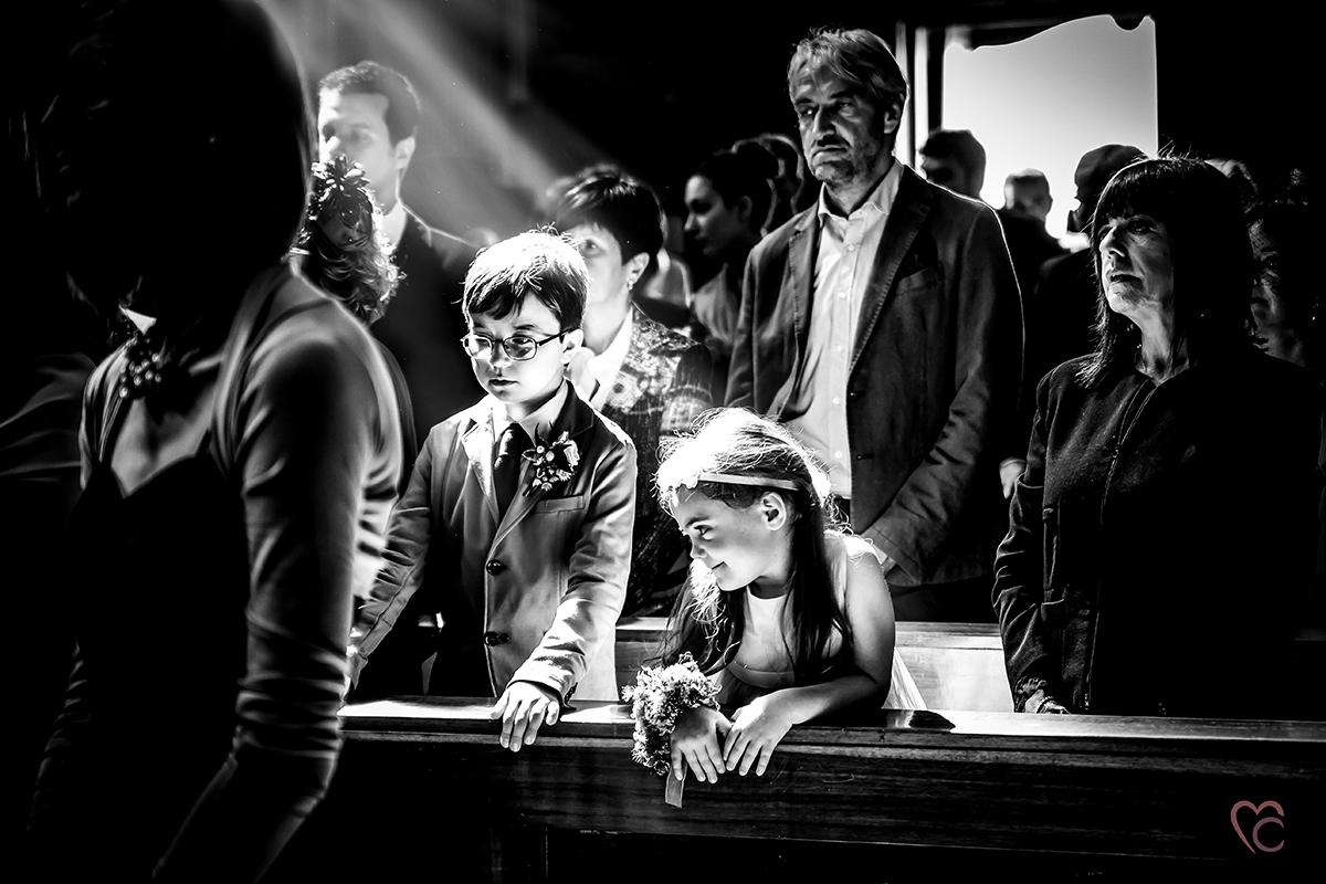 Fotografo matrimonio Torino,matrimonio ad Andezeno, bianco e nero, raggio di luce che colpisce due bambini in chiesa
