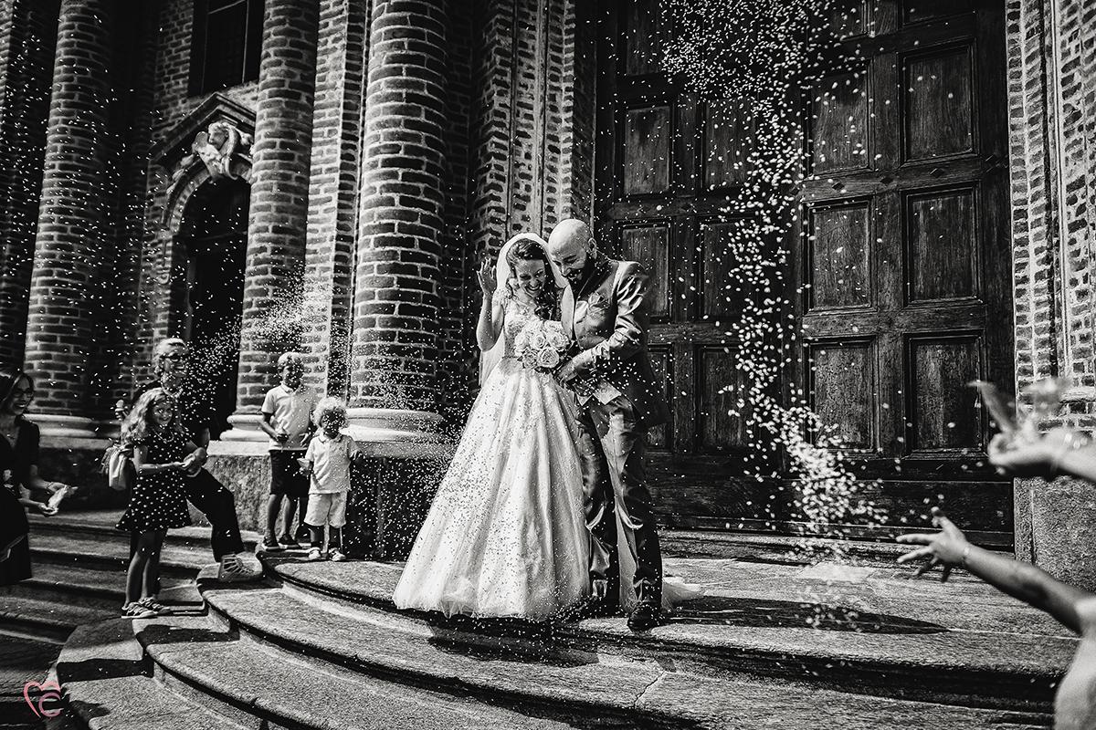 Fotografo matrimonio Torino,matrimonio religioso a cambiano, lancio del riso, bianco e nero