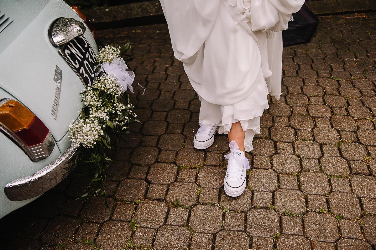 Fotografo matrimonio Torino, matrimonio di Giulia e Denis, sotto la pioggia, ricevimento a Tenuta San Michele di Moncucco Torinese (AT) sposa con le Converse