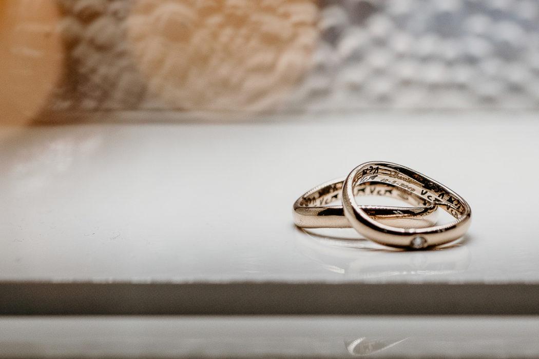 Fotografo matrimonio Torino, preparazione della sposa ad Andezeno, fedi nuziali