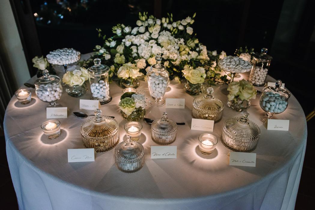 Fotografo matrimonio Torino, matrimonio di Giulia e Denis, sotto la pioggia, ricevimento a Tenuta San Michele di Moncucco Torinese (AT) , tavolo della confettata