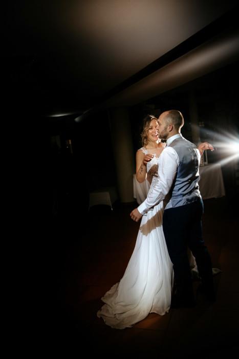 Fotografo matrimonio Torino, matrimonio di Giulia e Denis, sotto la pioggia, ricevimento a Tenuta San Michele di Moncucco Torinese (AT) , ballo degli sposi, luce flash esterno