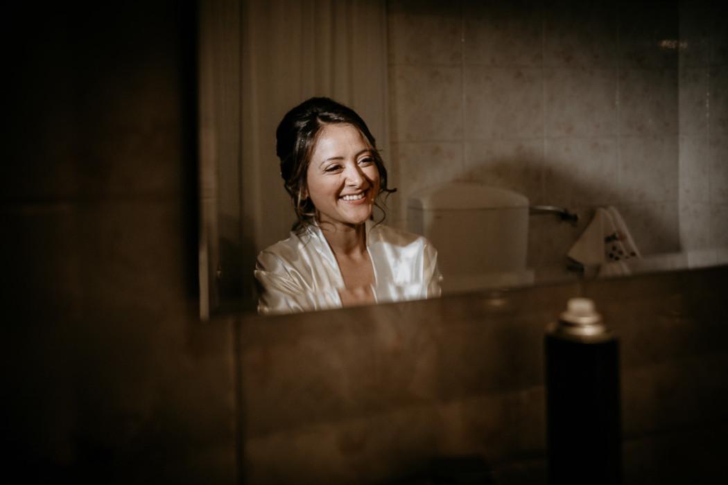 Fotografo matrimonio Torino, preparazione della sposa ad Andezeno, make up e acconciatura sposa, allo specchio