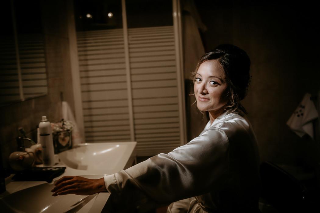 Fotografo matrimonio Torino, preparazione della sposa ad Andezeno, sposa allo specchio