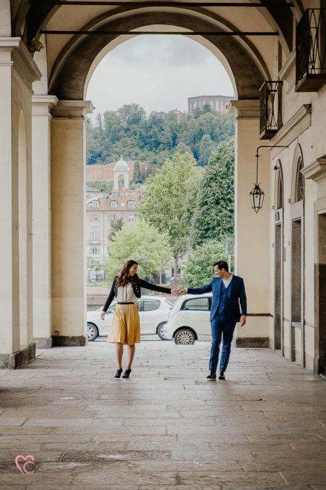 Fotografo matrimonio Torino, prewedding in piazza Vittorio Veneto a Torino, alla Gran Madre e alla Drogheria, di Sara e Gabriel, prematrimoniale con le nuvole