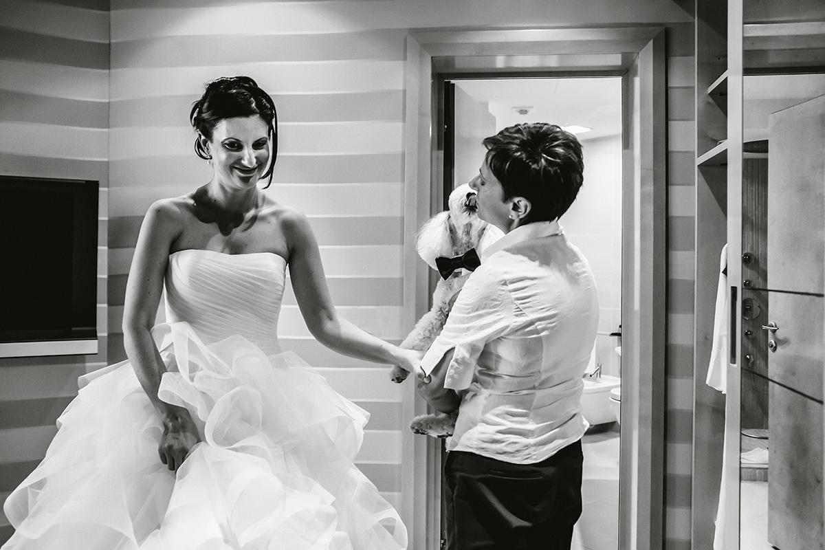Matrimonio al Castello di Grinzane Cavour, preparazione della sposa al Boscareto Resort, langhe Piemonte. Cane barboncino degli sposi