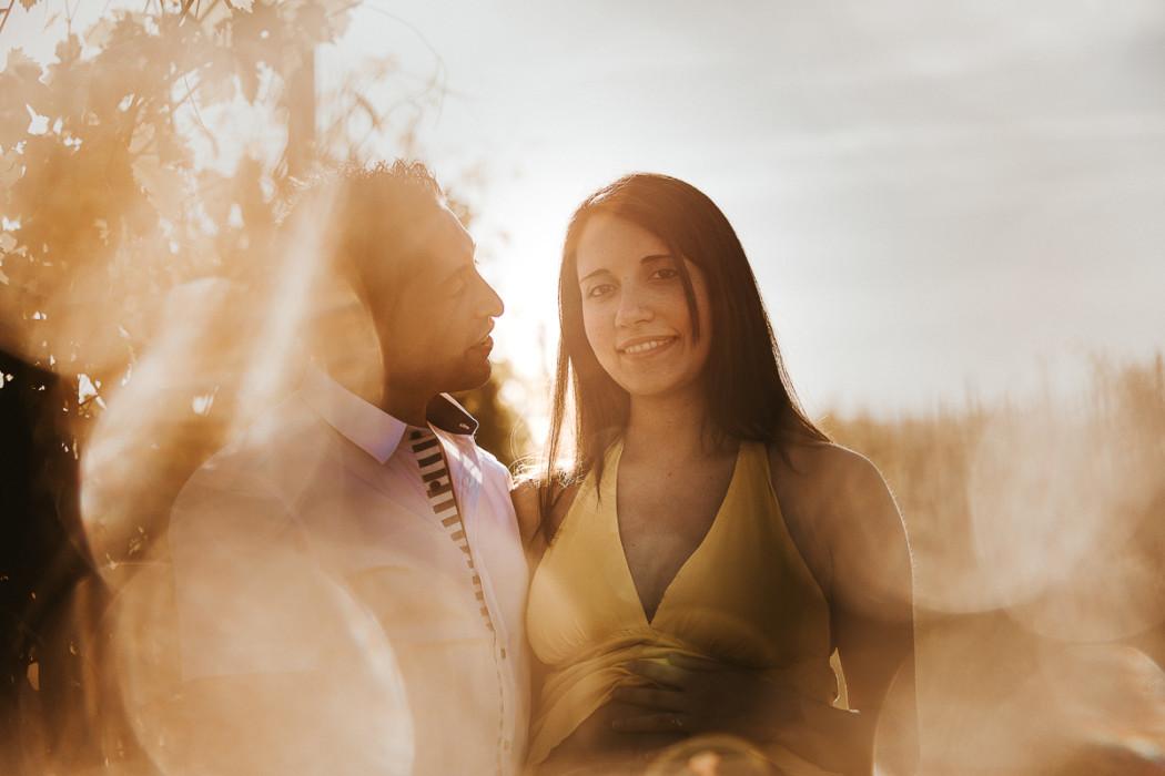 Fotografia gravidanza in Monferrato di Sara e Andrea, servizio fotografica in campagna a Moriondo Torinese, al tramonto con la luce dorata