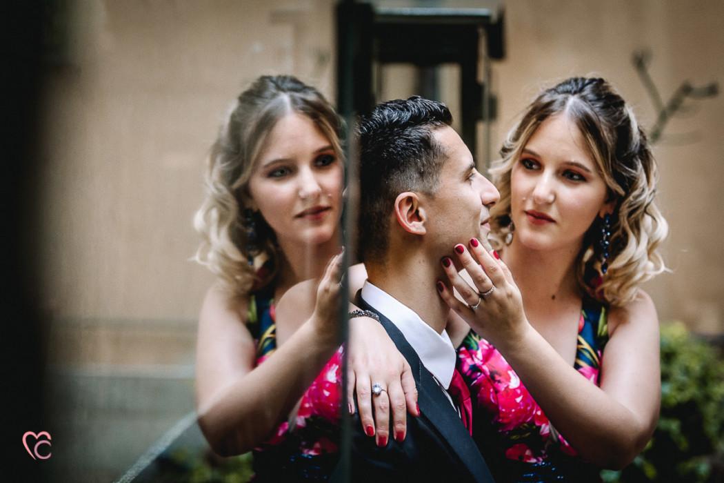 Prewedding a Chieri, nel centro storico di Erica e Daniele, riflessi
