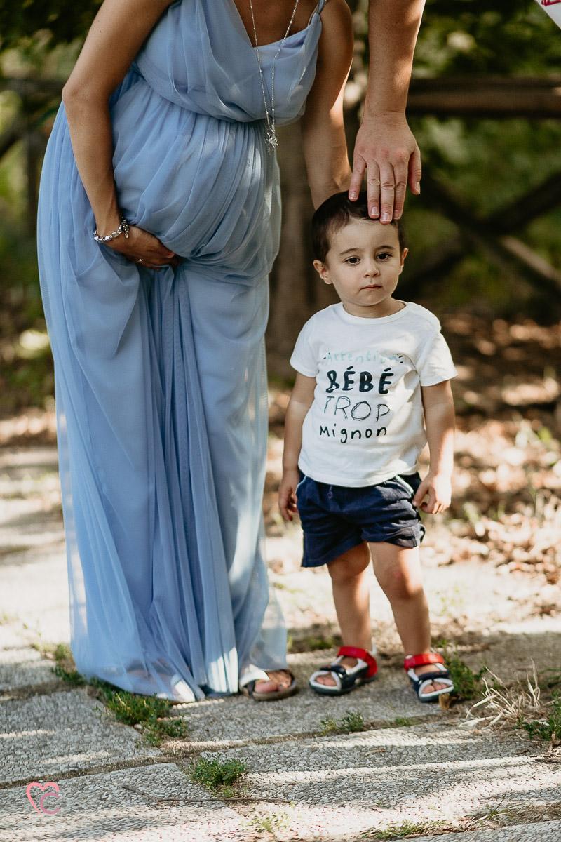 Fotografia di gravidanza e di famiglia nel giardino di via Tana a Chieri, nel mese di agosto, pancione, nono mese,grtavidanza,famiglia, luce dorata
