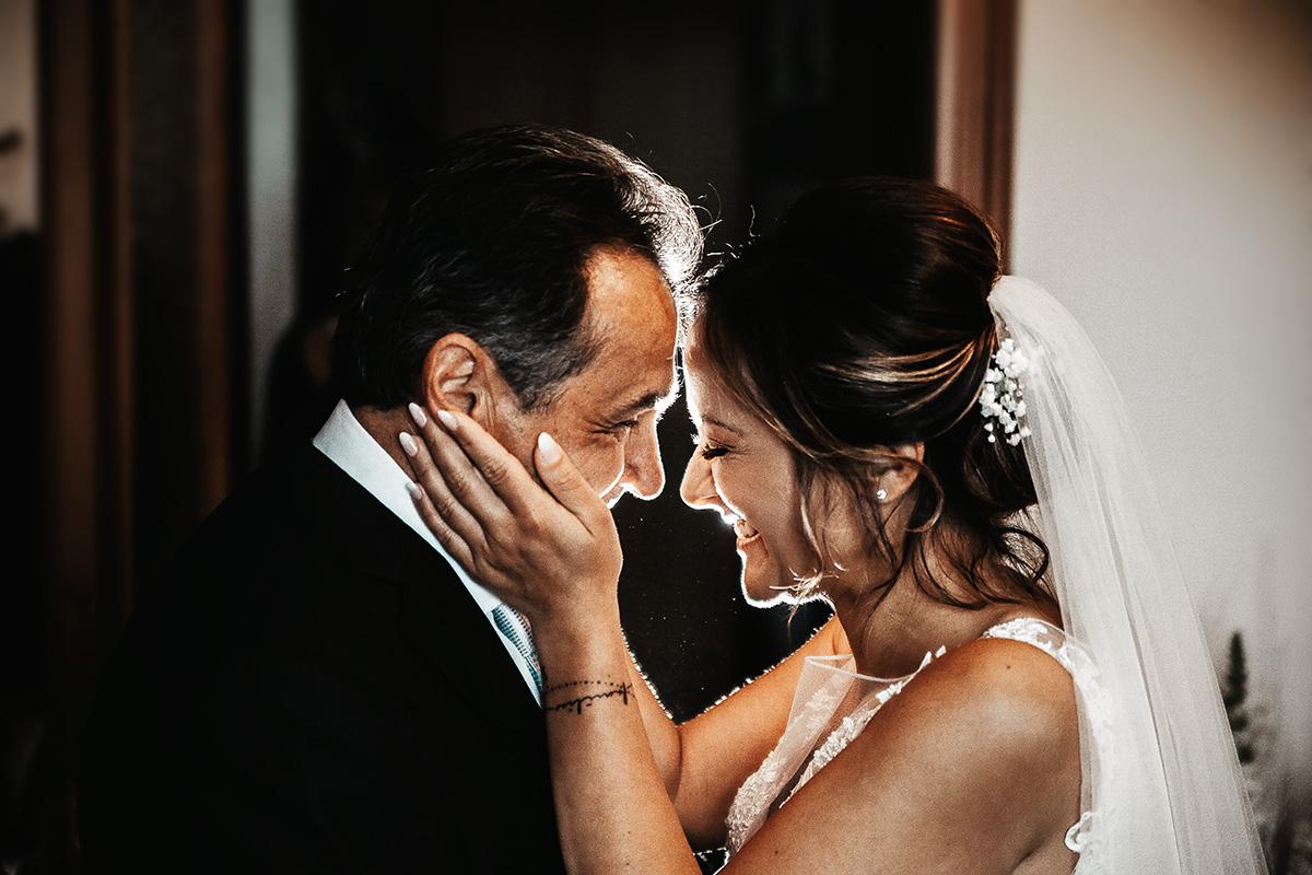 Matrimonio in Piemonte,ad Andezeno. Preparazione della Sposa. Emozione. Sposa con il padre. Flash off camera. Sistema Magmod Maggrid and Magsphere
