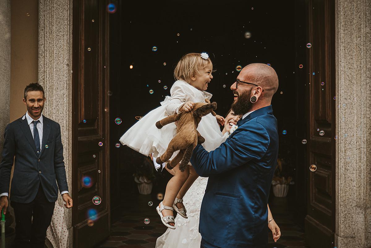 Matrimonio a Piobesi Torinese, servizio fotografico di famiglia. Sposi con la loro bambina, matrimonio con la pioggia, lancio del riso