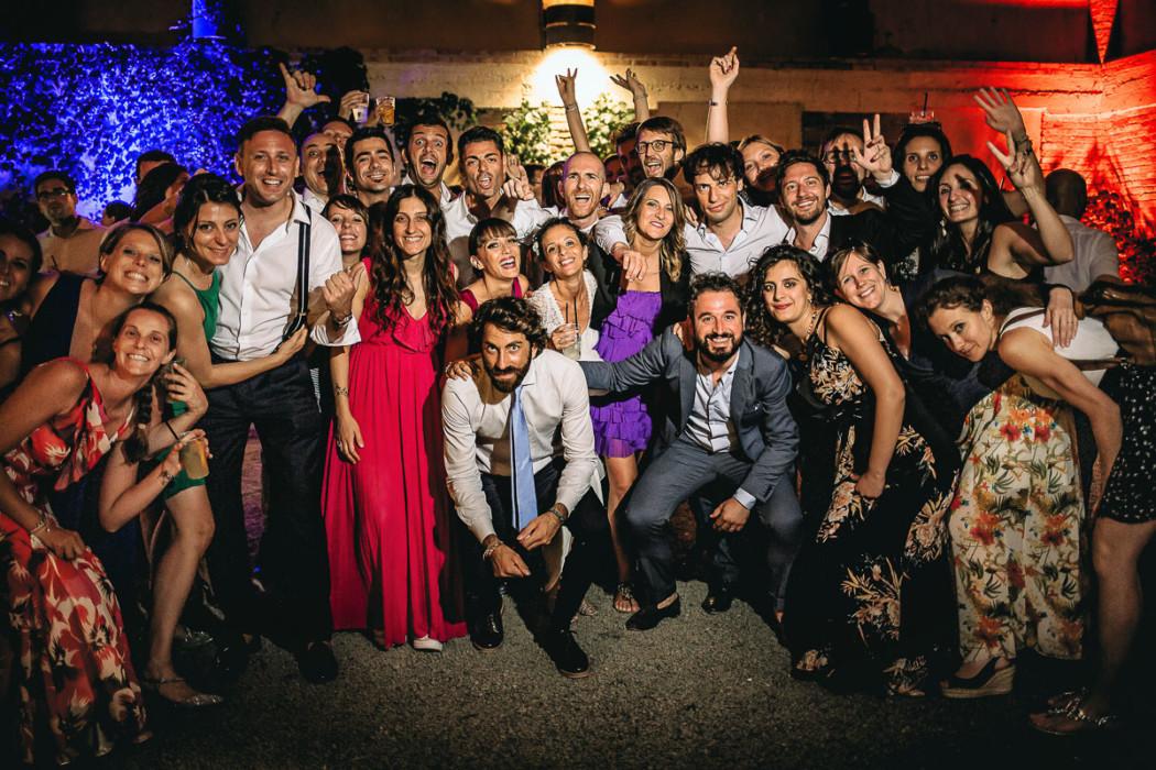 Matrimonio Bohochic alla Villa dei Marchesi di Moncrivello (Vercelli), festa serale, balli, foto di gruppo finale con gli amici