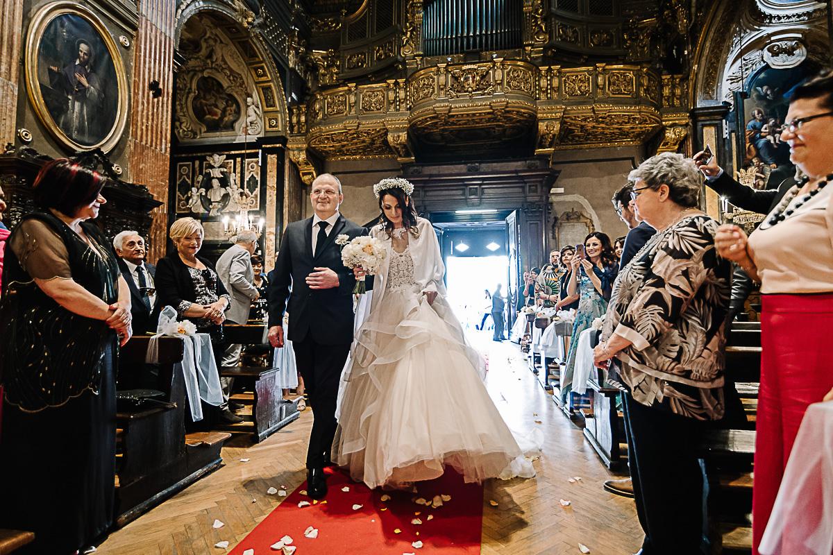 Matrimonio in centro a Torino, nella Chiesa di San Francesco da Paola, in via Po, entrata della sposa
