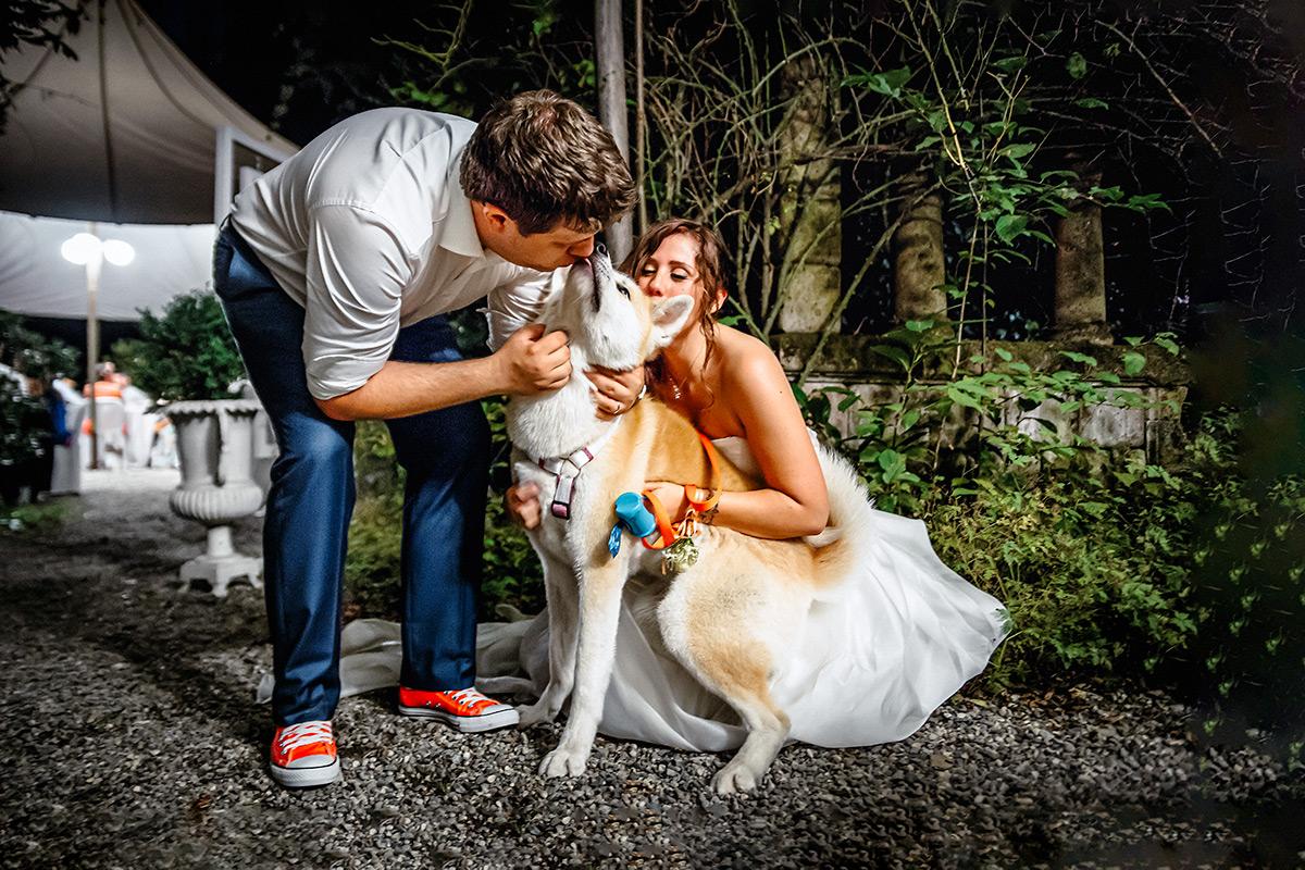 Matrimonio a Torino, ai Giardini del Meisino, cane degli sposi durante il ricevimenti