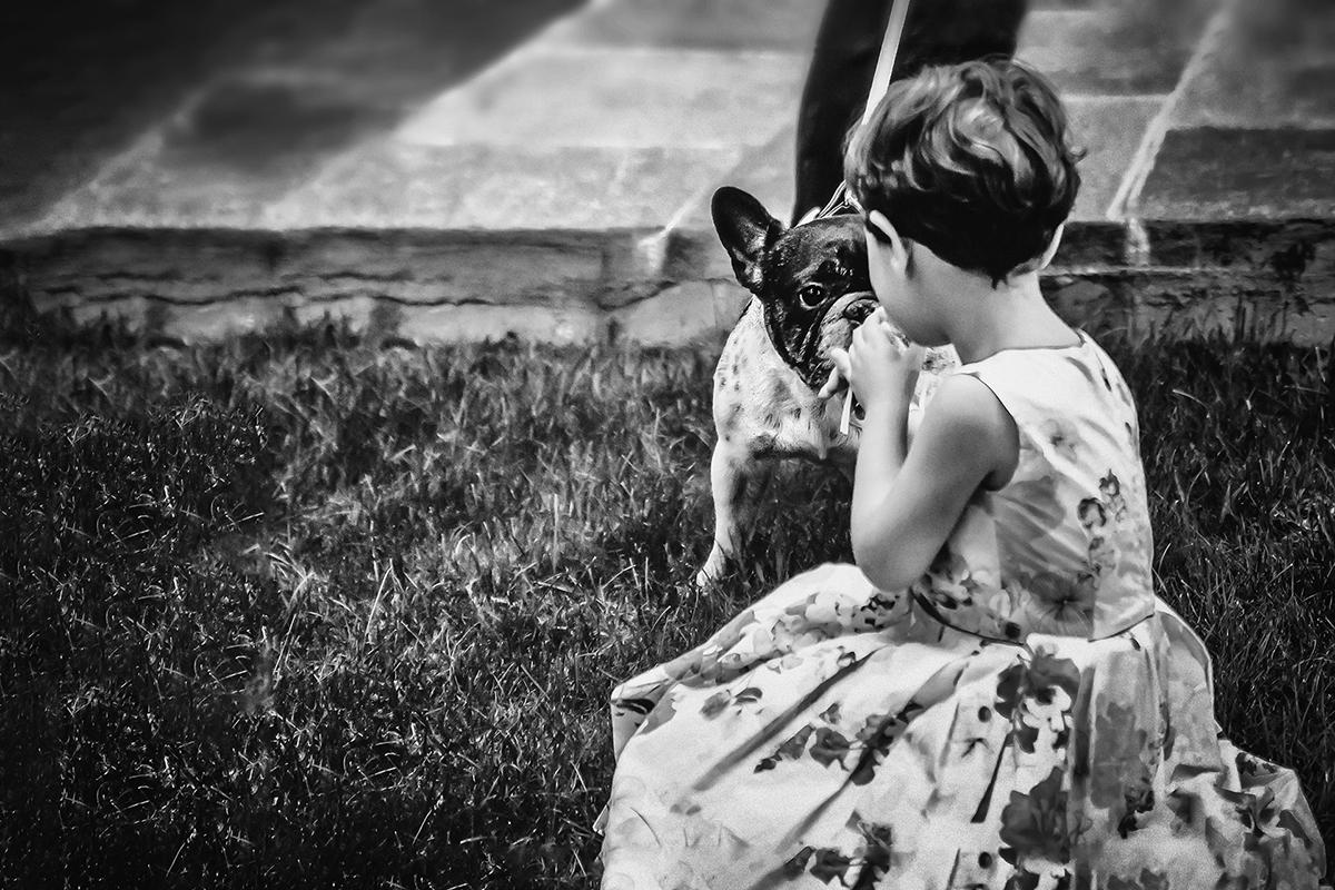 Matrimonio shabby chic nelle langhe, bambina con cane, bianco e nero