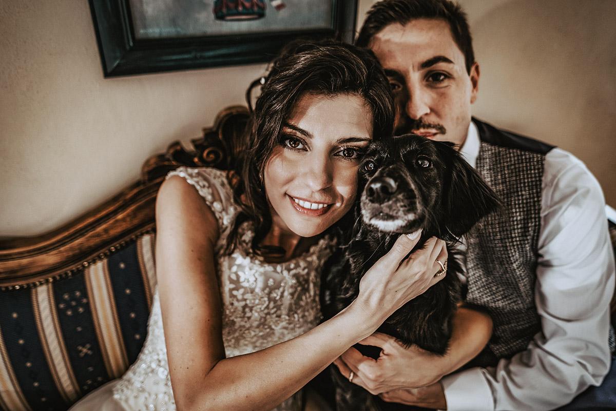 Matrimonio a bra, langhe Piemonte, ricevimento al Ristorante Il Campanile di Cherasco (CN), sposi con il loro cane