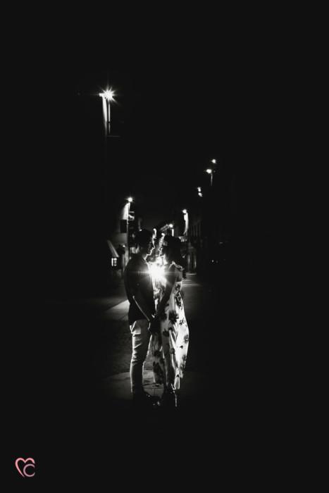 Engagement a Chieri, servizio di coppia inel centro medievale di Martina e Alessandro, sera, flash off camera