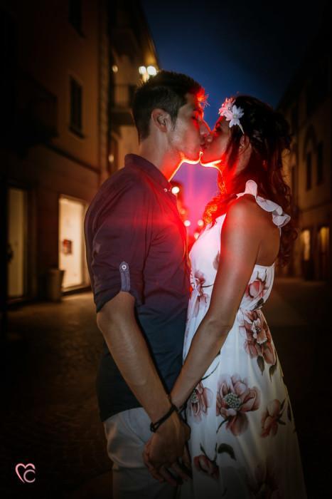 Engagement a Chieri, servizio di coppia inel centro medievale di Martina e Alessandro, sera, flash off camera e gelatina colorata