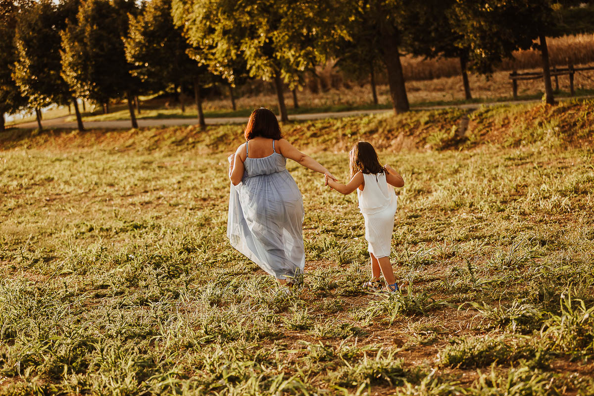 Sessione fotografica mamma e figlia, fotografia di gravidanza a Chieri di Sheila e Greta, ora dorata, reportage