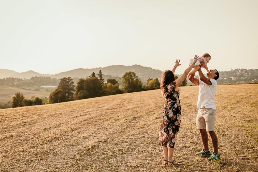 Fotografia di famiglia a Chieri, sessione fotografica all'aperto di Carolina,Gabriele e Aurora, golden hour, tramonto