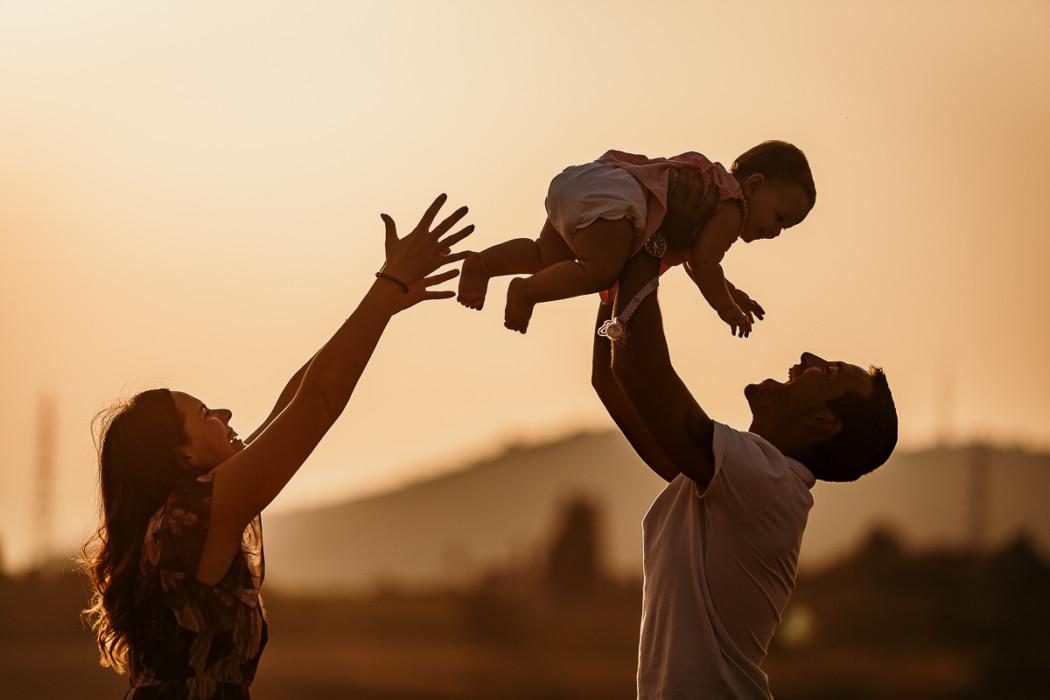 Fotografia di famiglia a Chieri, sessione fotografica all'aperto di Carolina,Gabriele e Aurora, golden hour, tramonto, controluce