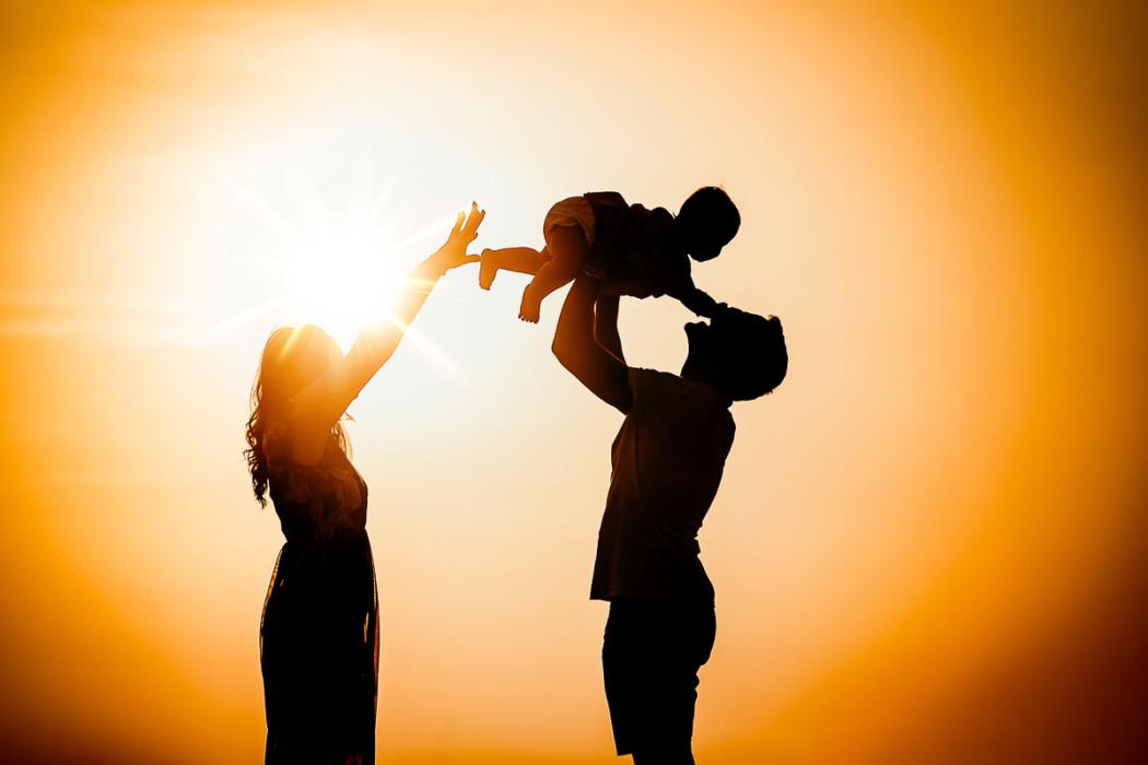 Fotografia di famiglia a Chieri, sessione fotografica all'aperto di Carolina,Gabriele e Aurora, golden hour, tramonto, controluce, silhouette
