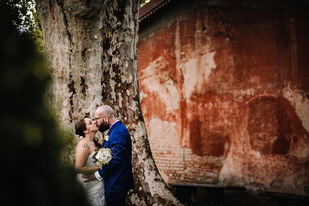 matrimonio a Piobesi Torinese, chiesa della Natività di Maria Vergine, servizio di coppia al Castello di Piobesi Torinese off camera flash