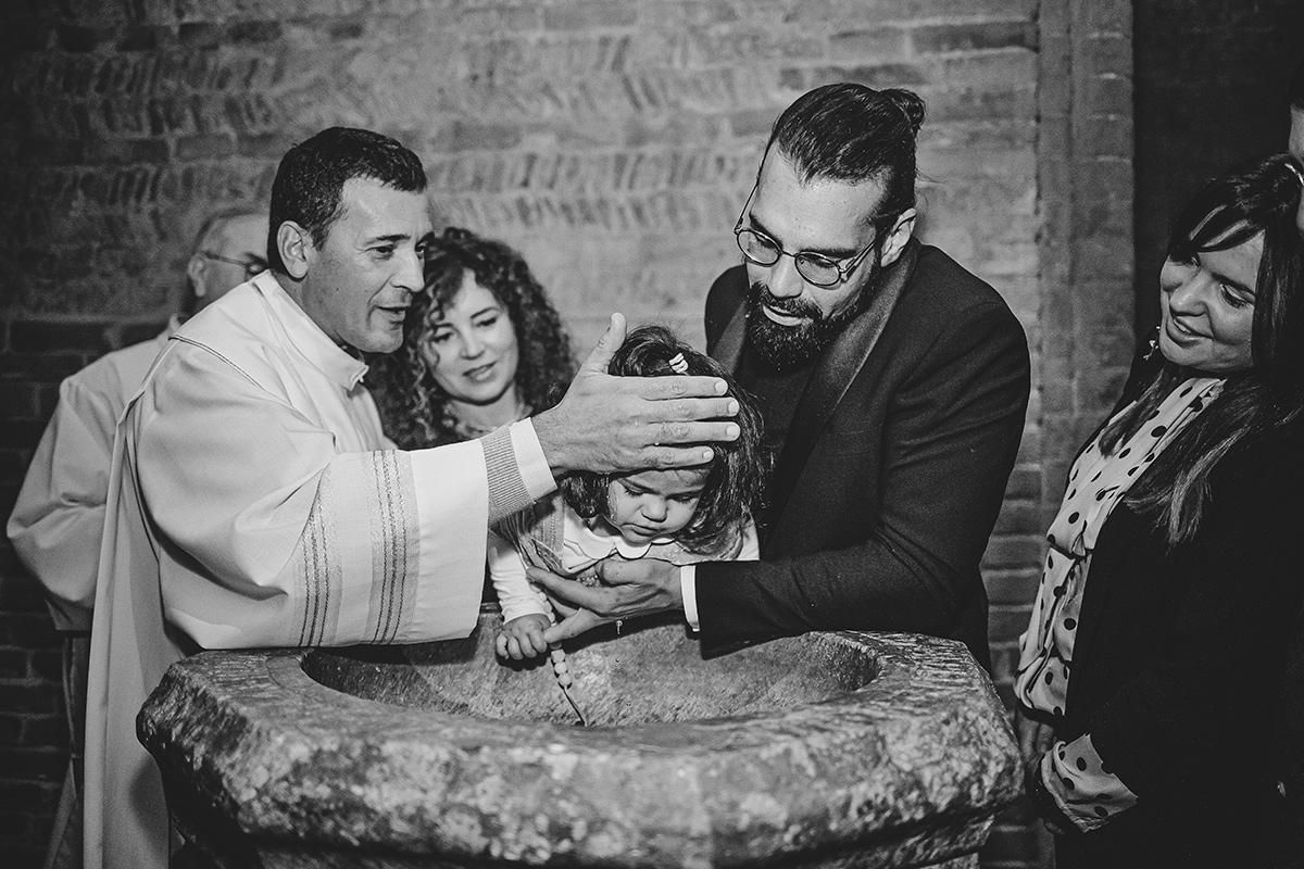 Fotografia di battesimo. Rito dell'acqua nel Duomo di Chieri