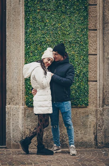Sessione fotografica di coppia natalizia. Coppia che si abbraccia teneramente