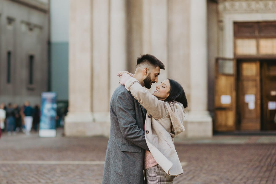 Christmas engagement session a Torino in piazza san Carlo, ragazzi abbracciati
