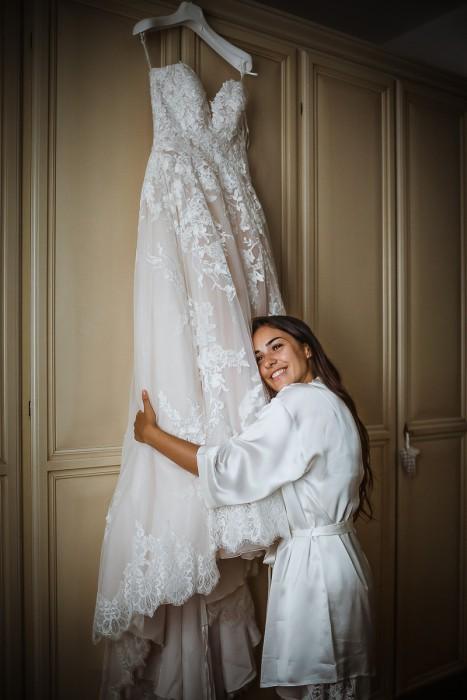 Matrimonio a Crespi d'Adda e alla Tenuta Serradesca. di Maria Acquaroli. Preparazione della sposa. Rossella abbraccia il suo abito di pizzo di Pronovias