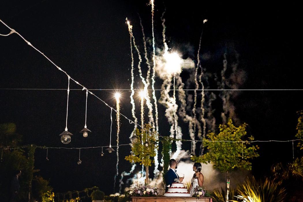 Matrimonio alla Tenuta Serradesca di Maria Acquaroli di Scanzorosciate (BG) Ricevimento. Taglio della torta a bordo piscina con i fuochi d'artificio