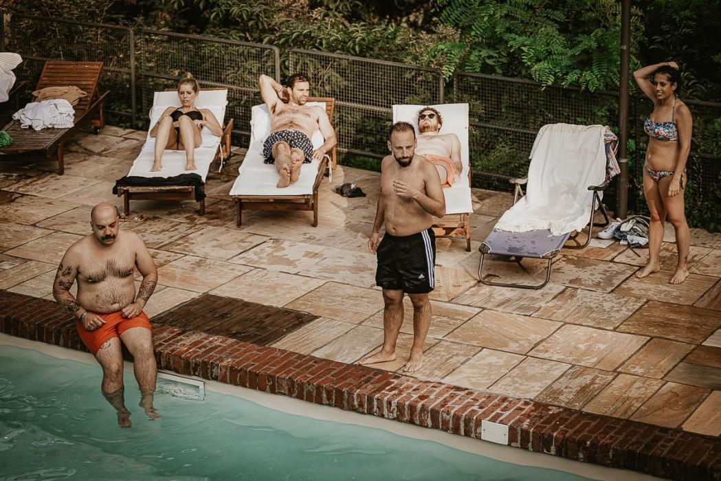 Destination wedding nelle Langhe di Sara e Gabriel. Ricevimento al Castello Rosso di Castiglione di Saluzzo , invitati che fanno il bagno in piscina