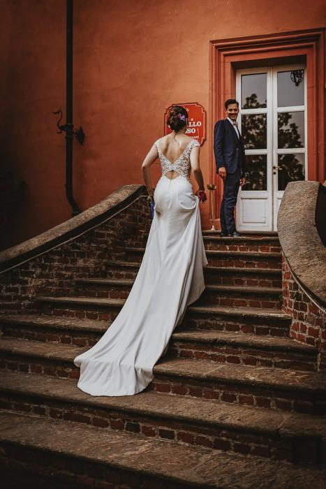 Destination wedding nelle Langhe di Sara e Gabriel. Ricevimento al Castello Rosso di Castiglione di Saluzzo, ritratto di coppia al tramonto, sposi che rientrano nel castello