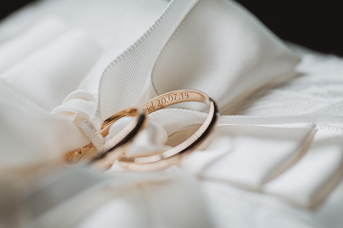 Destination wedding nelle Langhe di Sara e Gabriel. Preparazione degli sposi anelli nuziali
