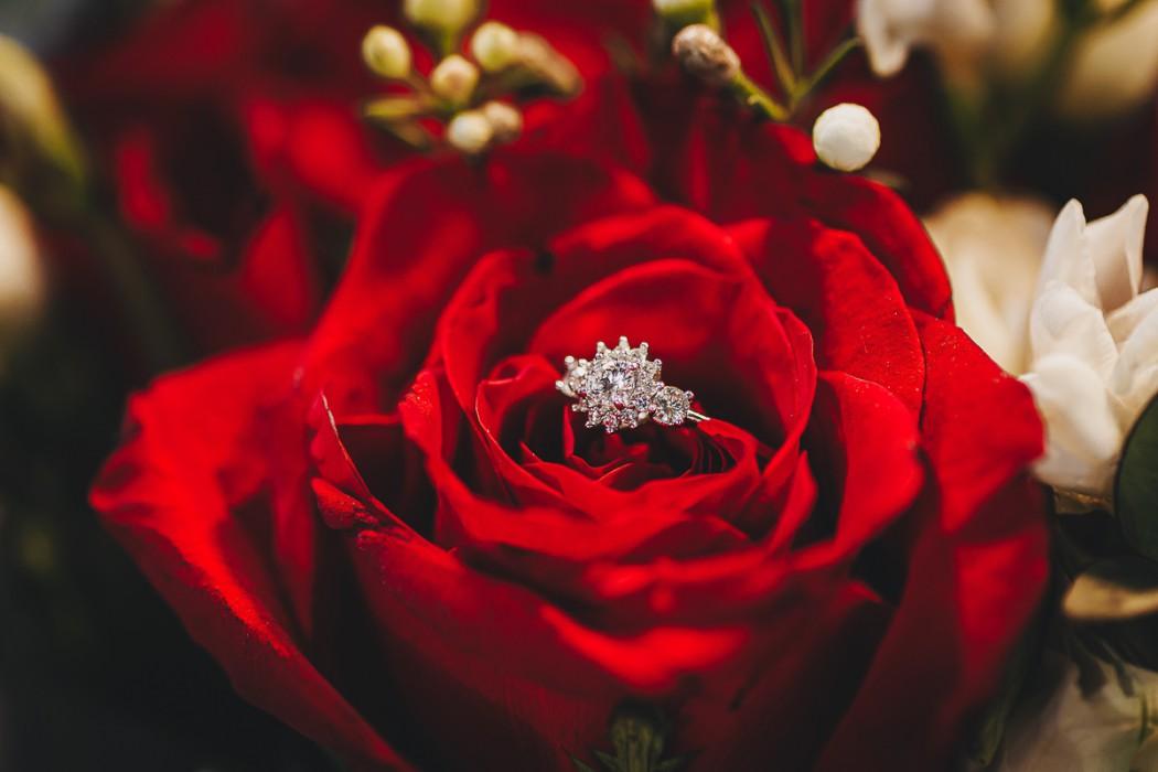 Proposta di matrimonio a tema san Valentino all'Atelier Bonetto di Chieri anello di Allegro gioielli in una rosa rossa di maison des Fleurs