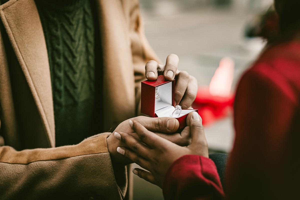Proposta di matrimonio a tema san Valentino all'Atelier Bonetto di Chieri, Riccardo apre la custodia dell'anello davanti a Nina